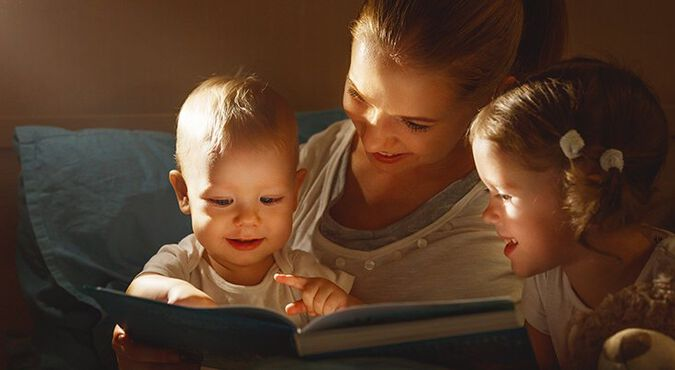 Madre le cuenta un cuento a sus hijos