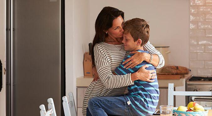 Abrazo de madre e hijo